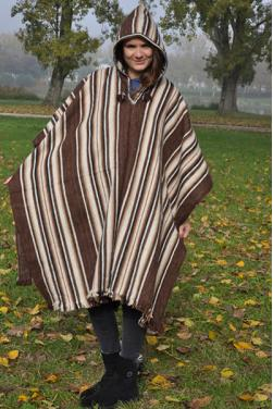 Poncho peruano de color marron.