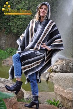 Poncho avec capuche en laine.
