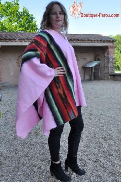 Poncho en laine d'alpaga rose des Andes.